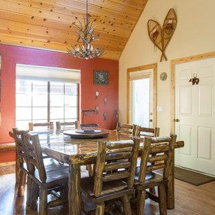 Esempio di una sala da pranzo aperta verso la cucina rustica di medie dimensioni con pavimento in vinile e pareti rosse