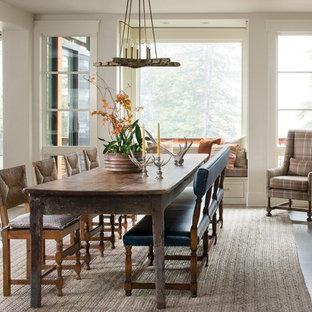 Idee per una sala da pranzo aperta verso il soggiorno stile rurale con pareti grigie e pavimento in legno massello medio