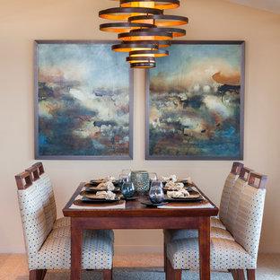 Immagine di una sala da pranzo aperta verso la cucina chic di medie dimensioni con pareti beige e moquette