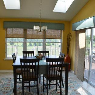 Idéer för ett mellanstort modernt kök med matplats, med gula väggar och linoleumgolv