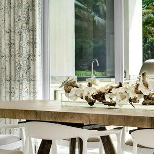 Offenes, Geräumiges Maritimes Esszimmer mit weißer Wandfarbe, Porzellan-Bodenfliesen, grauem Boden, gewölbter Decke und Wandpaneelen in Miami