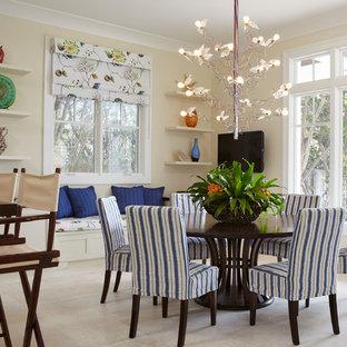 Foto di una sala da pranzo aperta verso la cucina tropicale con pareti beige