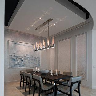 Стильный дизайн: большая гостиная-столовая в современном стиле с серыми стенами и полом из известняка без камина - последний тренд