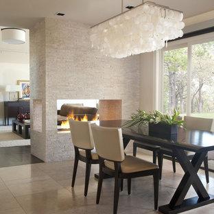 Idéer för att renovera en funkis matplats, med en dubbelsidig öppen spis, en spiselkrans i trä, travertin golv och beiget golv