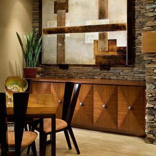 Esempio di una grande sala da pranzo aperta verso il soggiorno design con pareti beige, pavimento in travertino, camino classico e cornice del camino in pietra