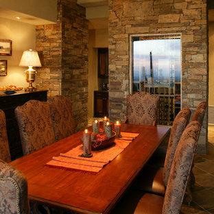 Esempio di un'ampia sala da pranzo aperta verso il soggiorno design con pareti verdi e pavimento in ardesia
