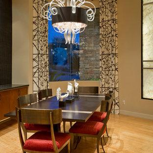 Idee per un'ampia sala da pranzo aperta verso il soggiorno contemporanea con pareti beige, pavimento in bambù e nessun camino