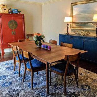 Imagen de comedor ecléctico, de tamaño medio, cerrado, con paredes beige, suelo de madera en tonos medios y suelo azul