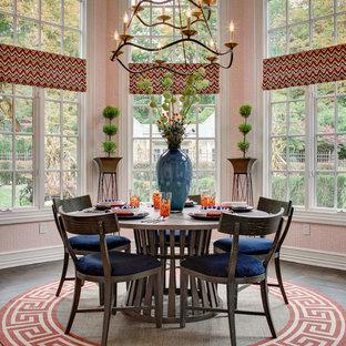Immagine di una sala da pranzo aperta verso la cucina chic di medie dimensioni con pareti arancioni, nessun camino e parquet scuro