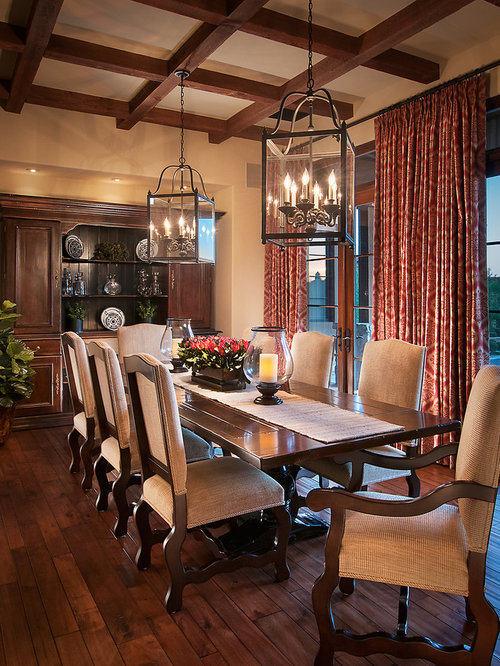 Dining table decor houzz for Traditional dining room designs