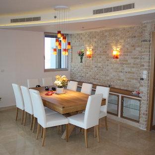 Foto di una sala da pranzo minimalista di medie dimensioni con pareti multicolore, pavimento in marmo, nessun camino e pavimento beige