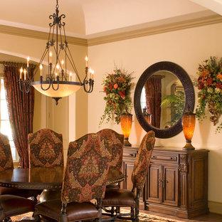 Imagen de comedor de cocina clásico, de tamaño medio, con paredes beige, suelo de madera en tonos medios y suelo marrón