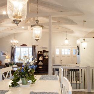 Imagen de comedor romántico, de tamaño medio, abierto, sin chimenea, con paredes blancas, suelo de madera clara y suelo multicolor