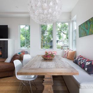 Offenes, Kleines Klassisches Esszimmer mit weißer Wandfarbe, Kamin, Kaminumrandung aus Metall, hellem Holzboden und beigem Boden in Vancouver