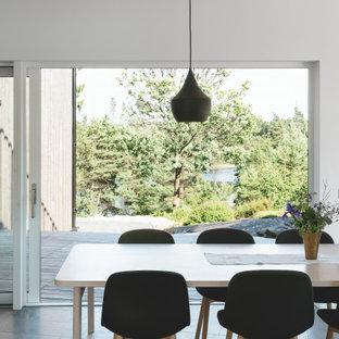 Idéer för att renovera en stor funkis matplats, med vita väggar och grått golv