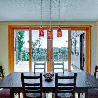 Modelo de comedor de cocina de estilo americano, de tamaño medio, sin chimenea, con suelo de bambú y paredes beige