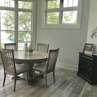 Foto de comedor de cocina clásico renovado, de tamaño medio, sin chimenea, con paredes grises, suelo de madera en tonos medios y suelo gris