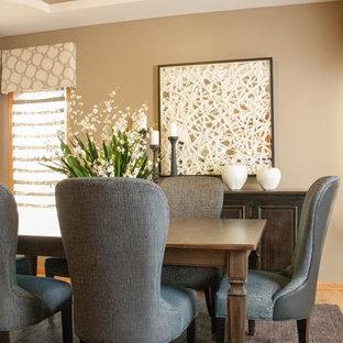 Cette image montre une salle à manger ouverte sur la cuisine traditionnelle de taille moyenne avec sol en stratifié.