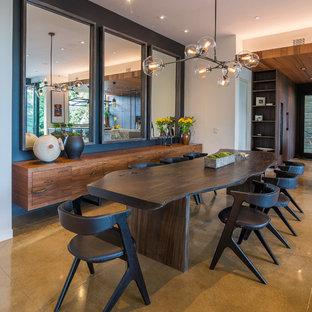 Bild på ett mellanstort funkis kök med matplats, med beige väggar, mörkt trägolv och en spiselkrans i sten