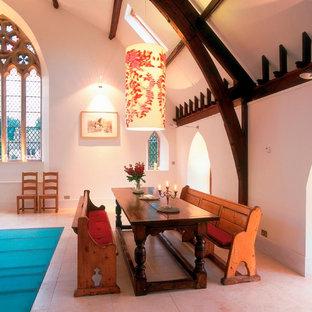 Esempio di una sala da pranzo aperta verso il soggiorno boho chic di medie dimensioni con pareti bianche, pavimento in marmo e nessun camino