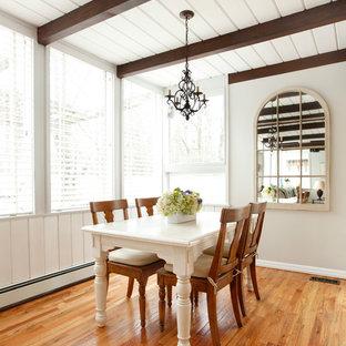 Foto de comedor de cocina clásico, pequeño, con suelo de madera en tonos medios, paredes beige y suelo marrón