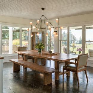 Ispirazione per una grande sala da pranzo aperta verso la cucina country con pareti beige, pavimento in ardesia, nessun camino e pavimento marrone