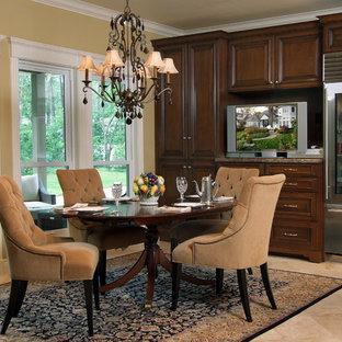 Esempio di una sala da pranzo aperta verso la cucina tradizionale di medie dimensioni con pareti gialle, pavimento in travertino e pavimento beige