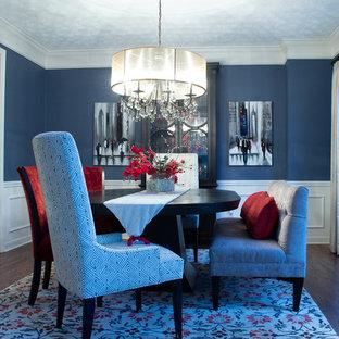 Diseño de comedor tradicional renovado, de tamaño medio, cerrado, sin chimenea, con paredes azules, suelo de madera en tonos medios y suelo marrón