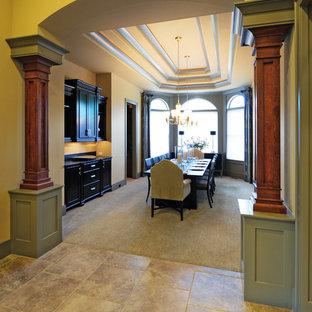 Idee per una grande sala da pranzo design chiusa con pareti beige, pavimento in gres porcellanato e pavimento beige