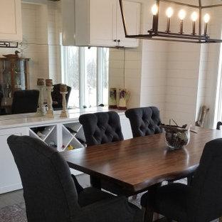 Ispirazione per una sala da pranzo aperta verso la cucina country di medie dimensioni con pareti bianche, parquet chiaro, pavimento grigio, soffitto in perlinato e pareti in perlinato