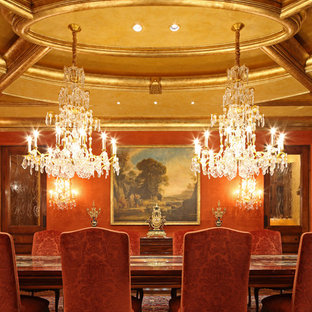 Cette image montre une très grand salle à manger ouverte sur le salon traditionnelle avec un mur rouge et moquette.