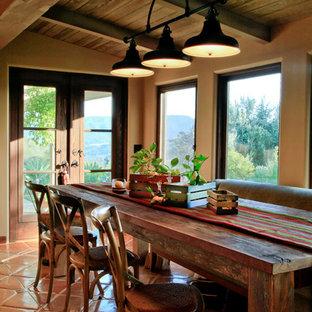 Esempio di una sala da pranzo country di medie dimensioni con pareti bianche, pavimento in terracotta e nessun camino