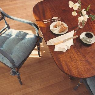 Idee per una sala da pranzo tradizionale di medie dimensioni e chiusa con pareti bianche, parquet chiaro e pavimento bianco