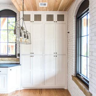 他の地域の中サイズのトランジショナルスタイルのおしゃれなダイニングキッチン (白い壁、淡色無垢フローリング、赤い床、暖炉なし) の写真