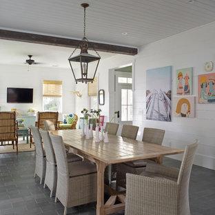 Idéer för stora maritima matplatser med öppen planlösning, med skiffergolv, vita väggar och grått golv