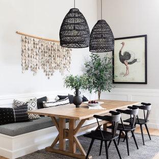Esempio di una piccola sala da pranzo aperta verso la cucina costiera con pareti grigie, parquet chiaro e nessun camino