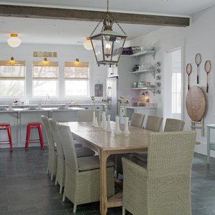 Новые идеи обустройства дома: большая гостиная-столовая в морском стиле с полом из сланца, серым полом и белыми стенами без камина
