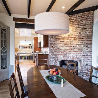 Idées déco pour une salle à manger moderne avec une cheminée d'angle.