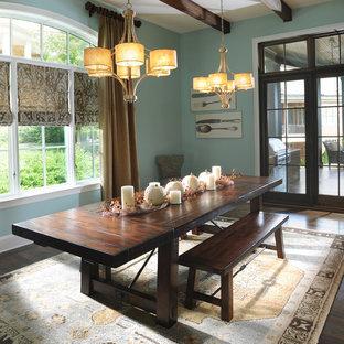 Cette photo montre une salle à manger chic fermée avec un mur bleu et un sol en bois foncé.
