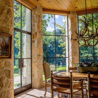 Esempio di una sala da pranzo rustica chiusa e di medie dimensioni con pavimento in mattoni, pareti beige e nessun camino