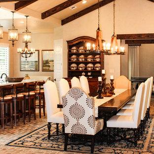 Ejemplo de comedor de cocina clásico renovado con paredes beige y suelo de ladrillo
