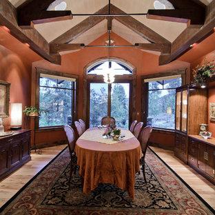 Cette image montre une salle à manger traditionnelle fermée avec un sol en bois clair.