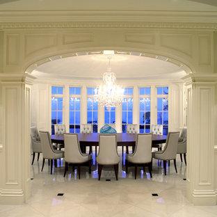 Imagen de comedor clásico renovado, cerrado, con paredes blancas y suelo de mármol