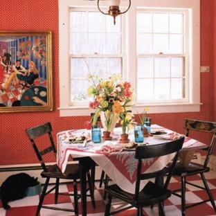 Immagine di una sala da pranzo aperta verso la cucina eclettica di medie dimensioni con pareti rosse, pavimento in vinile, nessun camino e pavimento multicolore