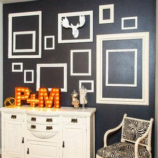 Imagen de comedor romántico, de tamaño medio, abierto, con paredes grises