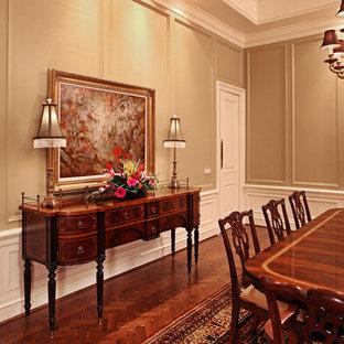Cette image montre une grande salle à manger traditionnelle fermée avec un mur beige, un sol en bois foncé et aucune cheminée.