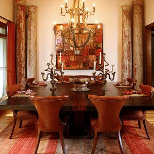 Esempio di una sala da pranzo eclettica chiusa e di medie dimensioni con pareti bianche, pavimento in legno massello medio e nessun camino