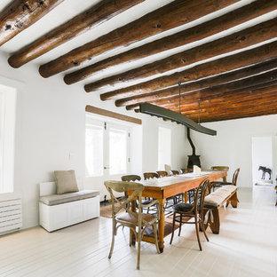 Réalisation d'une salle à manger sud-ouest américain avec un mur blanc et un sol blanc.