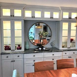 Cette photo montre une petit salle à manger ouverte sur la cuisine chic avec un mur gris, un sol en carrelage de porcelaine et un sol jaune.
