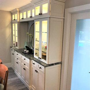 Новый формат декора квартиры: маленькая кухня-столовая в классическом стиле с серыми стенами, полом из винила и серым полом